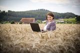 Astrid Kogler mit Laptop im Feld.jpg