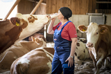 Astrid Kogler und Kuh trinken Milch.jpg