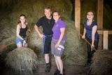 Justine Strombergers Familie im Heuschober.jpg