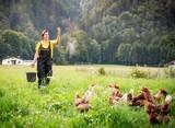 Monika Köchler auf Wiese beim Füttern 1.jpg
