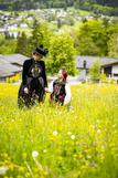 Alexandra Battlogg und ihre jüngste Tochter tragen stolz ihre Tracht ©Wirlphoto