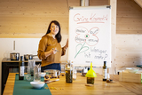 Astrid Schranz ist auch zertifizierte Kräuter- und Grüne Kosmetik Haut-Pädagogin und gibt ihr Wissen in Kursen weiter ©Wirlphoto