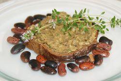 Pikante Käferbohnen-Nuss-Creme auf Brot (1)