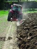 Rigolen zur Durchmischung des Bodens nach der Vorratsdüngung und vor der Neuauspflanzung ©M. Mehofer, HBLA und BA Klosterneuburg