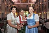 Stoßen auf den gelungenen Abend an. v.l.n.r.: Königin Anna I., Organisatorin Ing. Verena Klöckl, Prinzessin Tatjana ©Martina Lex