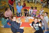 Seminarbäuerin Dipl.-Ing. Carina Laschober-Luif zeigt den Schulkindern den Milchlehrpfad ©Bgld. Landwirtschaftskammer/Leitgeb
