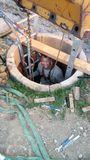 Siegfried Holzeder erledigt die Arbeiten im oberen Bereich des Brunnens selbst. Er steigt gut gesichert in den Brunnen ein. Wer nicht über die nötige Ausrüstung verfügt, soll diese Arbeit an eine Fachfirma vergeben. ©Siegfried Holzeder