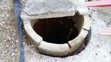 """Der Ziegelbrunnen erhielt einst einen Abschluss aus Betonteilen. Diese dienen nun als """"Innere Schalung"""" für einen neuen Betonkranz. Nachdem der Betonkranz ausgehärtet ist, werden die alten Betonteile entfernt. ©Siegfried Holzeder"""