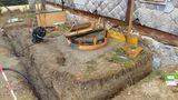 Das Fundament für den Wintergarten wird gerade vorbereitet. Die Baugrube rund um den Brunnen ist auch schon mit Beton verfüllt. Nun kann auch der eigentliche Brunnenkopf fertig gestellt werden. Der Bereich innerhalb der runden Holzschalung wird mit Beton vergossen. ©Siegfried Holzeder