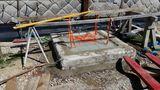 Der Brunnenkopf wird künftig im Fußboden integriert. Über dem Brunnen befindet sich eine Metallplatte, die später den Bodenbelag aufnimmt. Sie dient nun gleich als Schalung und sitzt später absolut dicht. Das Wasser dient rein zur Kühlung, damit der Beton nicht zu rasch aushärtet. ©Siegfried Holzeder