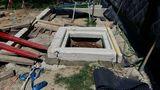 Der Brunnenkopf ist nun fertig. In die Öffnung wird die Metallplatte eingelassen und später mit Bodenbelag bedeckt. ©Siegfried Holzeder