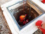 Der Feuerwehrmann ist perfekt gesichert. Das Abseilen auf den Grund des Brunnens kann beginnen. ©FF Ried