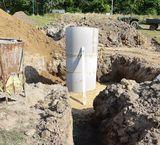 Während der Arbeiten wurde der Metallkübel mit 1 Meter Durchmesser in den felsigen Bereich der Fassung abgesenkt. Somit konnte Material aufgefangen werden, das im Zuge der Arbeiten in den Schacht gefallen ist. ©Füreder-Kitzmüller