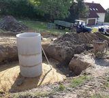 Der Betonschacht der Quellfassung wird in diesem Fall 1 Meter über das ursprüngliche Gelän-de hinaufgeführt. ©Füreder-Kitzmüller