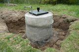 Nun ist der Brunnenschacht wieder dicht. Wir können die Trittplatten nun wieder entfernen. ©LK OÖ/Christoph Zaussinger