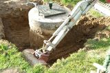Mit einem Minibagger wird der Brunnenschcht bis auf eine Tiefe von 1 m freigelegt. ©LK OÖ/Christoph Zaussinger