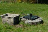 Der alte Hausbrunnen ist rund 100 Jahre alt. Im Laufe der Jahre ist der Beton im oberen Bereich undicht geworden. Regenwasser kann eindringen. ©LK OÖ/Christoph Zaussinger