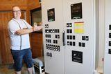 Die Überwachungszentrale für Futter, Gewicht und Lüftung erleichtert für Gerhard Schlögelhofer das Management enorm.  ©Paula Pöchlauer-Kozel/LK Niederösterreich