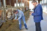 Landwirt und Obmann Begutachtung Silage.jpg